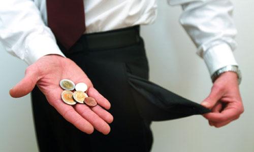 Leere Hosentaschen und Hand mit Euromünzen